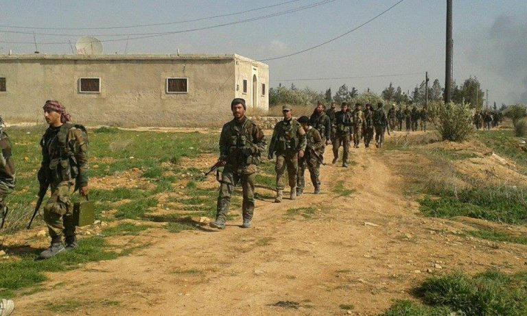 Syriska trupper rycker fram i sitt eget land till gränsen mot Turkiet efter avtal med kurderna