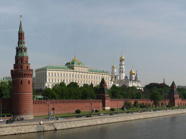 """""""De som lånar ut sitt namn till Kreml"""" och travesti på """"Allt bakom oxar tio"""" (Evert Tabubes låt)"""