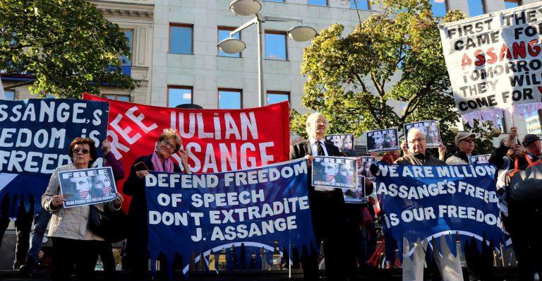 Hur Assange pinas i domstol