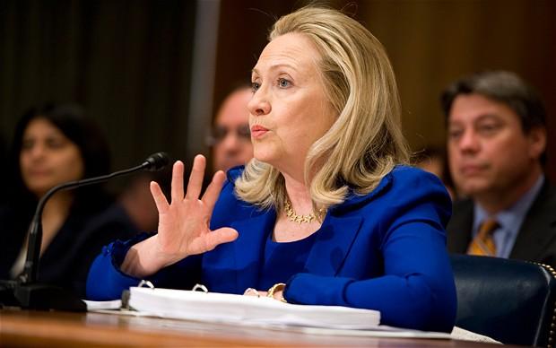 """Presidentkandidat till storms mot """"Demokraternas korrupta elit"""". Tulsi Gabbard versus Hillary Clinton – fred kontra krig"""