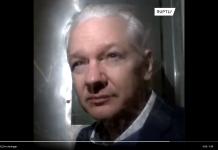 Julian Assange den 21 okt 2019 i London efter ett förhör om utlämning till USA. Foto: Ruplty.com via Twitter