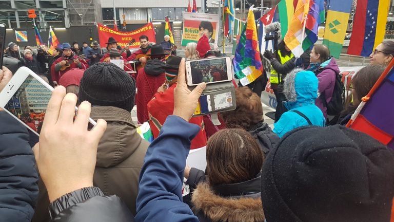 """Från den fina manifestationen i Stockholm 16 november: """"POESI och Solidaritet – för folken i Bolivia och Chile"""""""