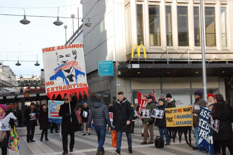 Se och hör manifestationen för Julian Assange på Storget i Stockholm 8 februari 2020.