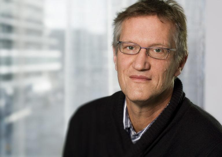 Allt häftigare debatt från forskare om svenska corona-policyn. Anders Tegnell hyllas av en professor men vill avsättas av en annan. Vad gäller?
