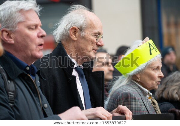 Julian Assange får stöd av mode-ikonen Vivienne Westwood