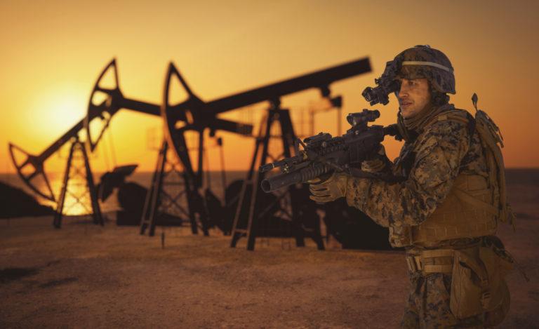 Angriparen USA laddar upp i Syrien, liksom Ryssland som legalt försvarar enligt folkrätten