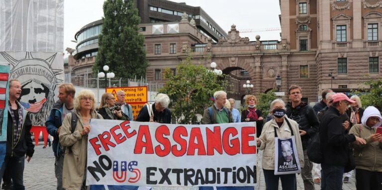 Ny lyckad manifestation för Julian Assange på Mynttorget. Kom, stöd yttrandefriheten nästa gång 28/10 kl 16!
