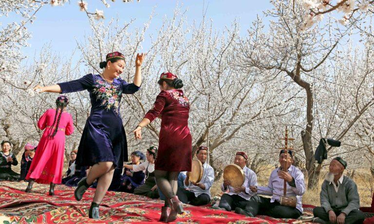 Vad skriver franske författaren Maxime Vivas som rest runt i Xinjiang?