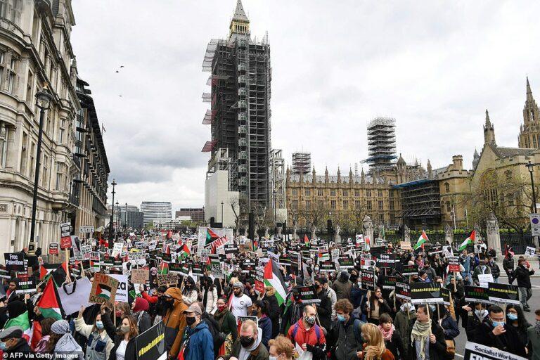 Tusentals pro-palestinska demonstranter tar över gatorna i London. Kolla själv!