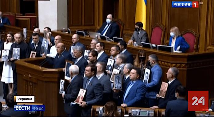 Antifascistisk proteståtgärd i det ukrainska parlamentet, efter pronazistisk manifestation.