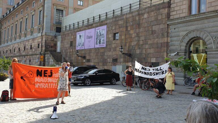 Protester mot marknadshyror i centrala Stockholm nu!